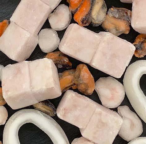 FRUTOS DEL MAR: stick de merluza, anilla de calamar, mejillón, gamba pelada
